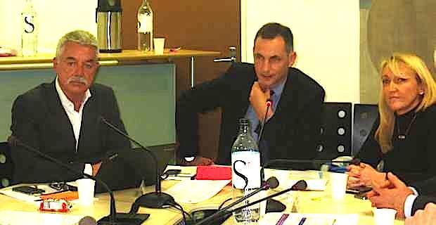 Gilles Simeoni, président du Conseil de surveillance de l'hôpital de Bastia, entouré d'Emmanuelle De Gentili, vice-présidente, et de Pascal Forcioli, directeur du centre hospitalier.
