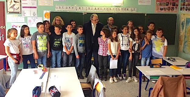 Le député Paul Giacobbi et le Maire Benoit Bruzi entourés par les élèves de CM2 de l'école d'Arena-Vescovato