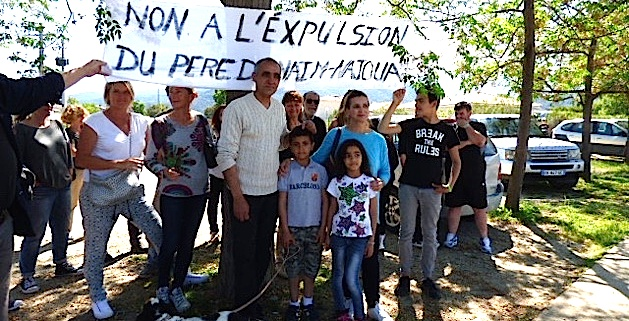 Non à l'expulsion du père de Naïm et de Najoua indique la banderole déployée.