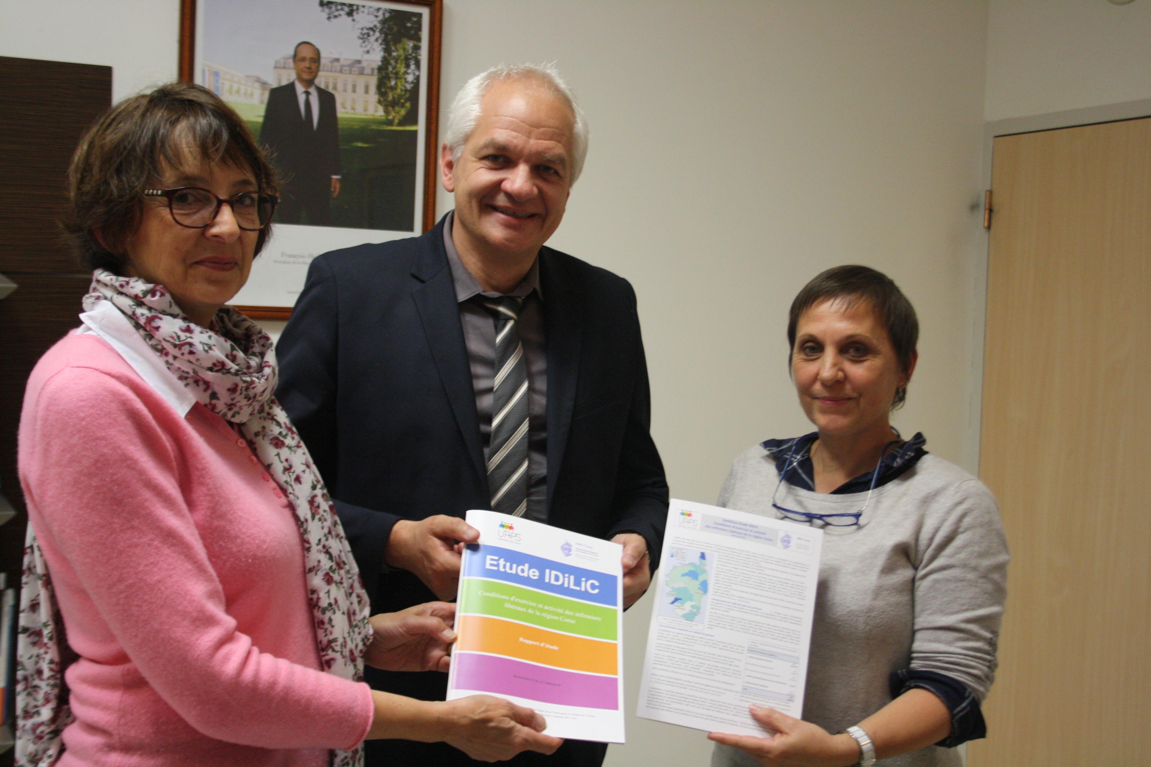 Nathalie Sanchez, Présidente de l'URPS présente le rapport de l'étude IDILIC au directeur général de l'ARS, Jean Jacques Coiplet