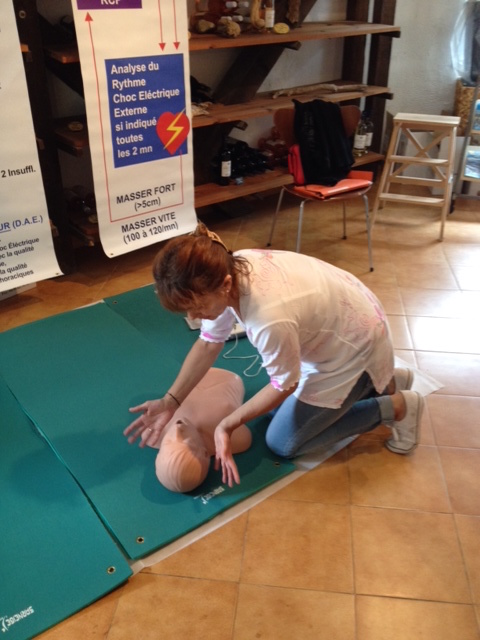 Lucienne Dintrans du GEPI à la Pépinière du Fiumalto (Taglio Isolaccio) montrant les gestes de premiers secours aux clients présents ...