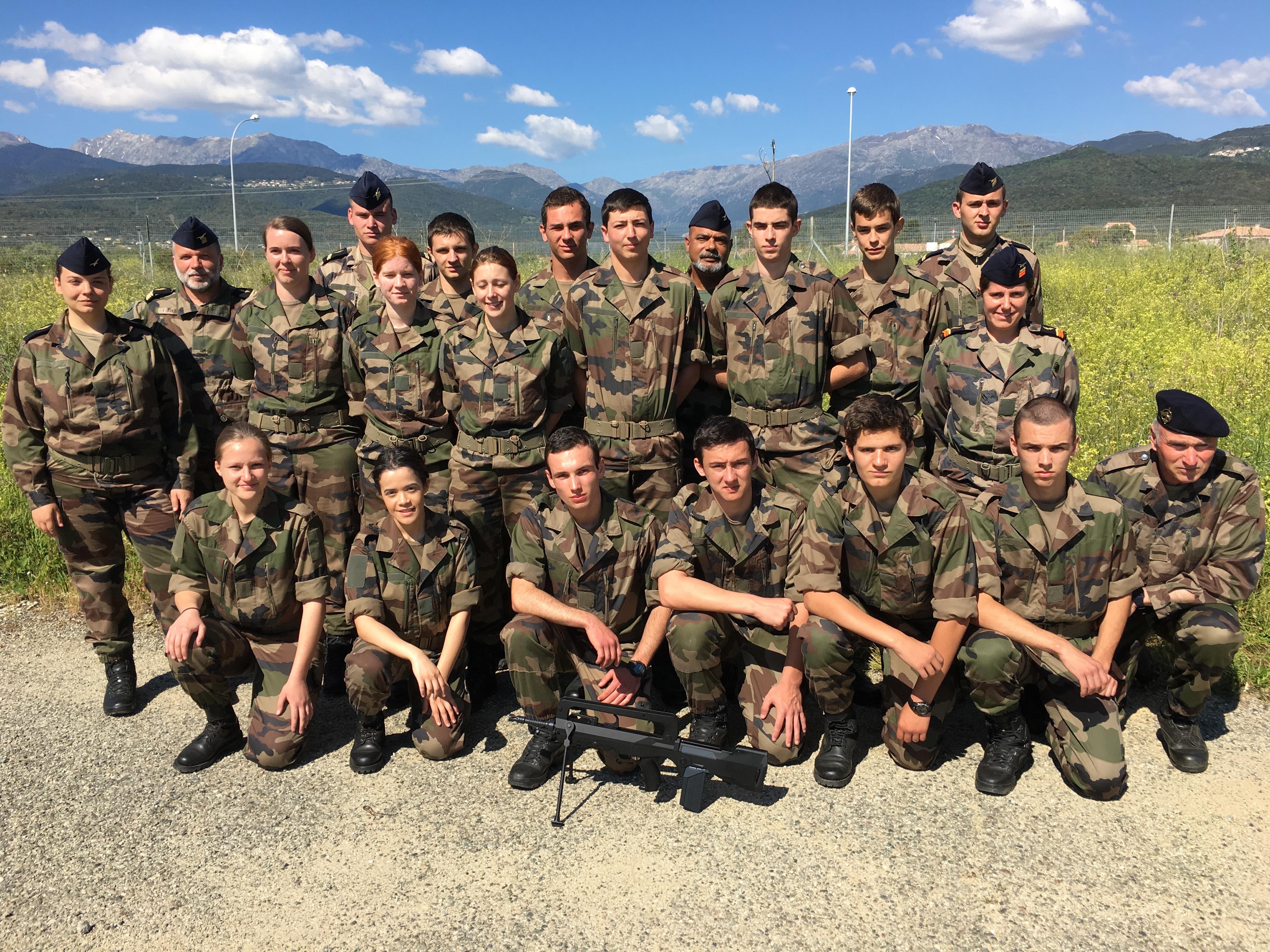 Les jeunes candidats réservistes en préparation militaire de perfectionnement avec leurs encadrants.