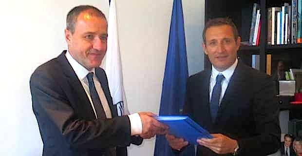 Le bâtonnier Me Jean Sébastien De Casalta remet le rapport des Arrêtés Miot au président de l'Assemblée de Corse, Jean-Guy Talamoni.