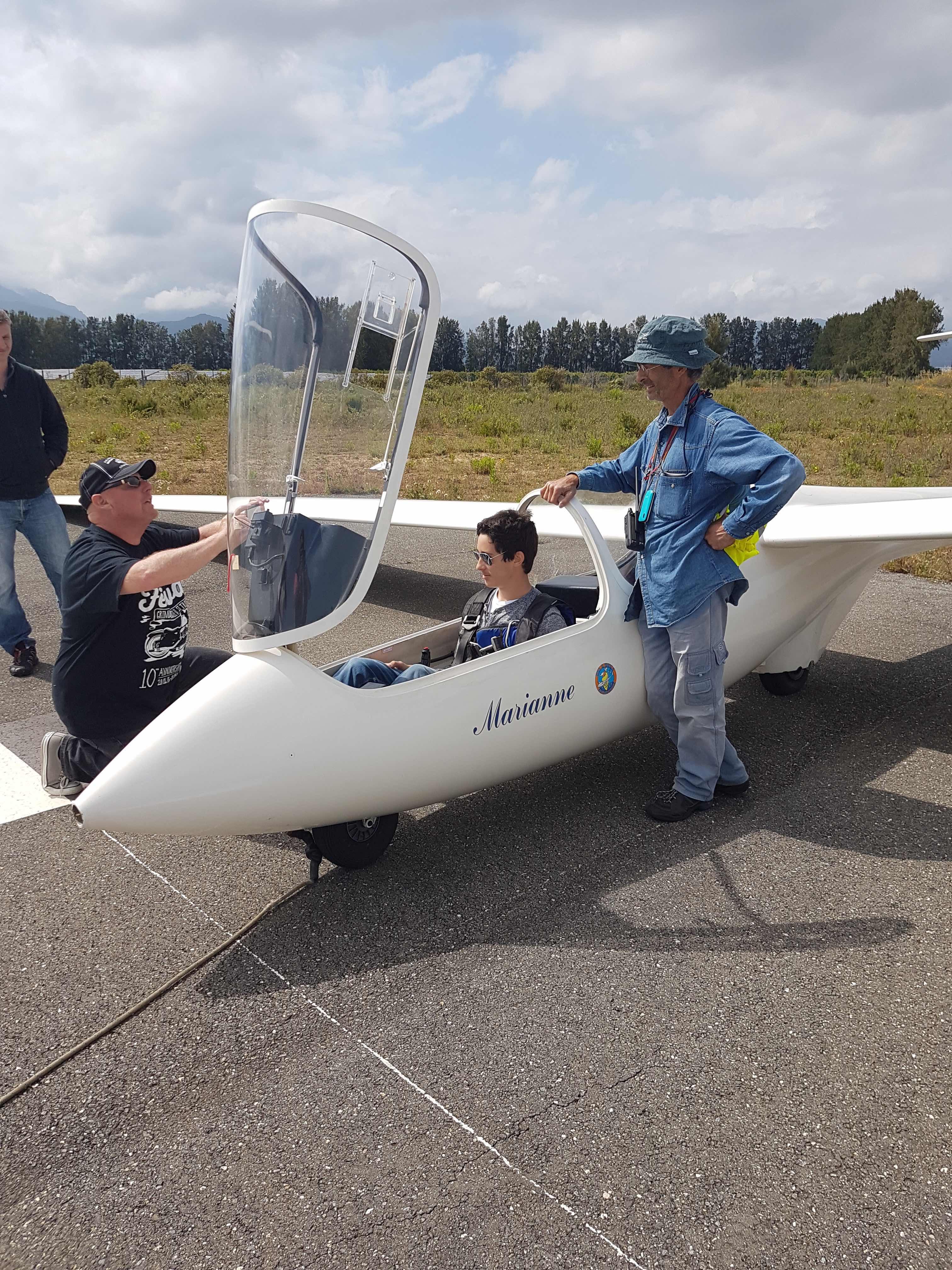 Son instructeur Philippe Legendre (à droite) donne les dernières consignes avant l'envol.
