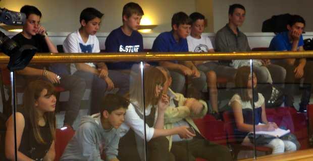 Les collégiens dans les tribunes du public assistent aux questions orales.