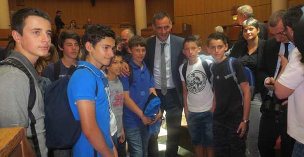 Les collégiens avec le président de l'Exécutif.
