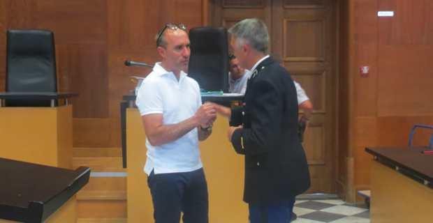 Lors d'une suspension d'audience, explications courtoises entre Jean-Louis Emmanuelli et l'adjudant Buisson.