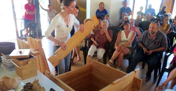 Felice Olivesi, bénévole de l'association Zeru Frazu, monte le matériel de compostage, un bac en bois fabriqué par les Charpentiers de Corse.