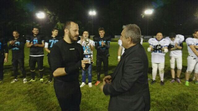 Anto Santucci le coach des Guerrieri reçoit le trophée des champions