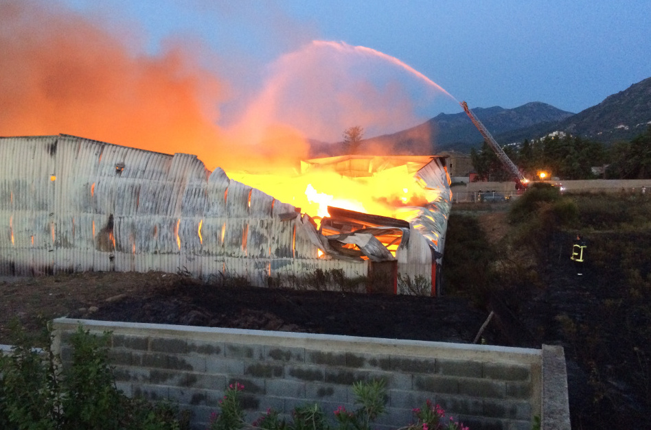 L'entrepôt entièrement détruit par les flammes