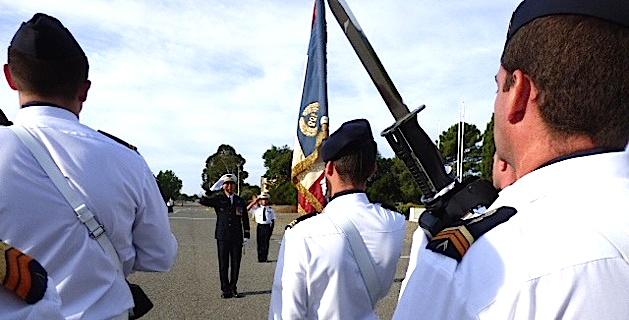 Le Colonel Le Bouil passe en revue les troupes.