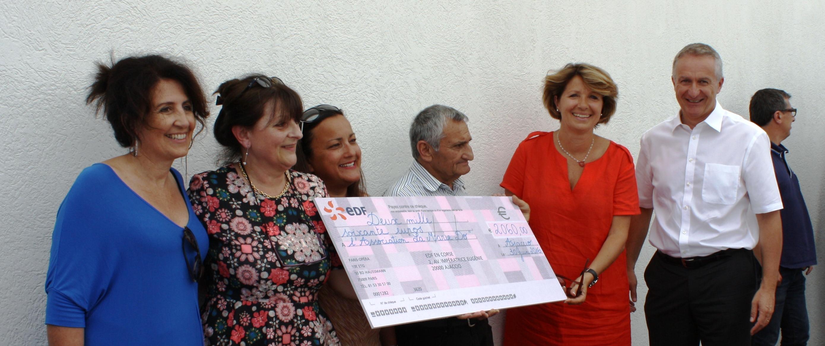 Photo 2 : De gauche à droite, Marielle Canale et Gisèle Cabuy, de l'équipe RH d'EDF, la sœur et le père de Marie-Dominique Versini, Catherine Riera, Présidente de La Marie Do et Patrick Bressot, directeur régional d'EDF.