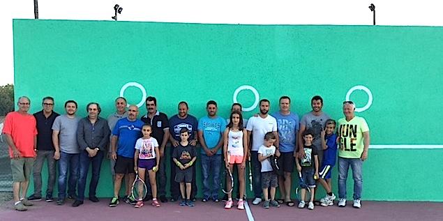 Les membres du club et 2 de leurs partenaires Gérard Gambotti (Leclerc Ghisonaccia et Aleria) et Romain Petroni (Petroni sud) devant le nouveau mur d'entraînement