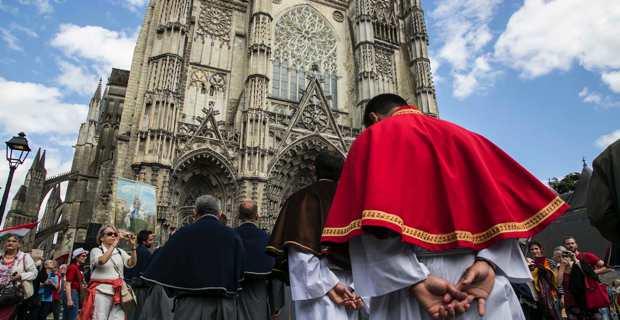 La délégation à Tours pour commémorer le 1700ème anniversaire de San Martinu et inaugurer symboliquement, le 3 juillet, l'ouverture de l'itinéraire culturel européen saint Martin.