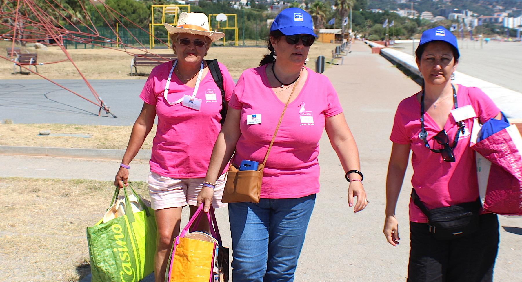 Les bénévoles de La Ligue ont distribué flyers, chapeaux, casquettes, lunettes...