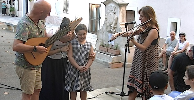 Bastia : Guitare, violon, cetera,  et saz