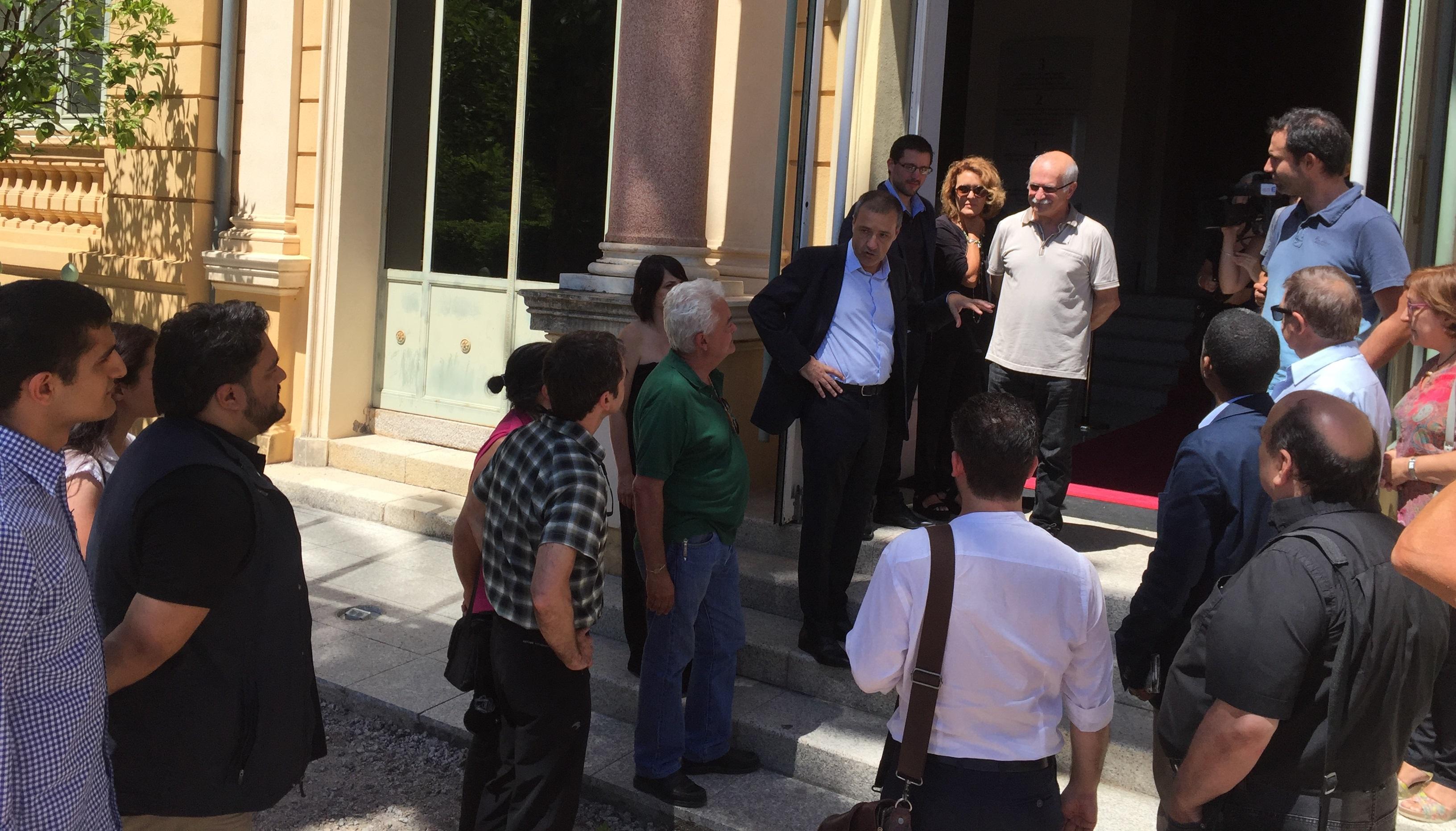 Jean Guy Talamoni, Petr'Antò Tomasi (président groupe Corsica Libera) et Jean Biancucci (président groupe Femu a Corsica), accompagnés d'élus de la majorité, accueillent les délégations à la porte de l'Assemblée.