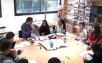 Louis Boursier, graveur héraldique, expliquant sa technique aux élèves du lycée Jean Nicoli