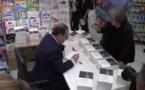 Séance de dédicaces à la librairie Papi à Bastia pour François Hollande