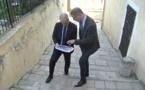 Le maire de Bastia, Pierre Savelli, présentant les projets de la ville à Andrea Murgia, rapporteur régional pour le FEDER.
