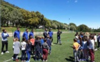Les élèves de l'école primaire de Miomu à la découverte du football