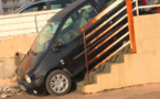 INSOLITE - Il essaie de descendre les escaliers avec sa voiture