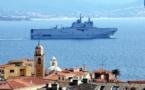 """EN IMAGES - Coronavirus : le porte-hélicoptères """"Tonnerre"""" repart d'Ajaccio avec 12 patients à bord"""