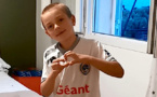 VIDEO - Confinement : Quand sonne 20 heures, le petit footballeur…