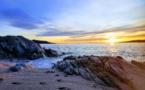 La photo du jour : quelques traces de pas sur le sable, une petite crique, des rochers, le bleu de la mer et le soleil