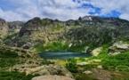 La photo du jour : le lac de Melu dans un écrin de verdure