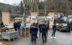 Les salariés en grève et le syndicat STC devant l'entrée des Eaux d'Orezza.