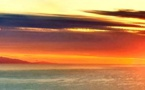 La photo du jour : quand le soleil a rendez-vous avec la lune à l'horizon toscan