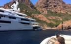 Scandola : Un yacht de 80 m jette l'ancre... à Cala Muretta !