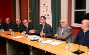 Le président de l'Exécutif, Gilles Simeoni, entouré du président de l'Assemblée de Corse et des maires de communes hors CAPA.