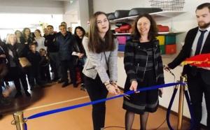 Mme Pons - directrice du Centre Molini au centre accompagnant sa nièce pour le coupé de ruban. et M. Poulain - directeur des affaires financières à droite.