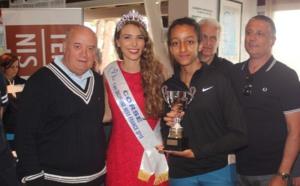 Le trophée remis à Nouhayla par le Président de la FFT et Miss Corse