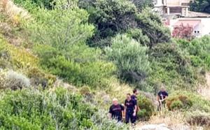 Un couple coincé dans les rochers à la sortie sud de Calvi