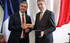 Jérôme Seguy (à gauche) reçoit la médaille préfectorale des mains du Préfet Gérard Gavory