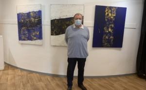 Jean-Paul Pancrazi devant ses oeuvres à la Galerie Noir et Blanc