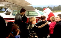 Papa Noël descend du ciel pour le plus grand bonheur des enfants du Vélo Club Fium'Orbu