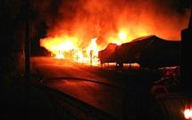 Mignataja : Incendie dans un port à sec. Près de trente bateaux détruits par les flammes