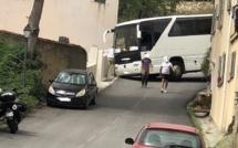 Un car de 12 mètres se bloque dans les épingles de Montemaiò