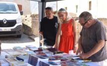 """De nombreux amateurs séduits par la """"Place aux livres"""" de Belgudè"""