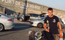 Des kilomètres avec sa brouette, Vincent Monnerie est en Corse pour parler de la maladie de Charcot