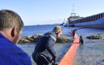 Un  barrage flottant autour du «Rhodanus» échoué à Cala Longa