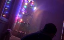 Les guirlandes du sapin branchées sur batterie offrent un peu de lumière