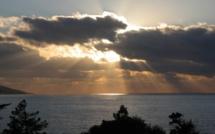 La photo du jour : quand le Soleil tente de percer les nuages à Ghjatone