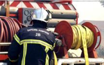 Une voiture percute un poteau et s'enflamme à la Marana