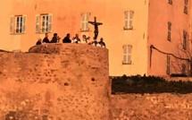 Le Christ Noir sur les remparts de la citadelle de Calvi pour stopper  la propagation du coronavirus