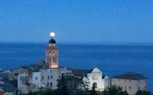 La Super Lune comme un point sur i, sur le clocher de Sainte-Marie